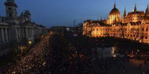 Macaristan'da onbinlerce kişi hükümeti protesto etti