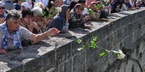 Bosna katliamında öldürülenler için Drina Nehri'ne 3 bin gül