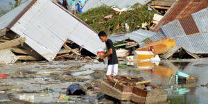Endonezya'da 7.7 büyüklüğündeki depremin ardından tsunami: En az 30 ölü