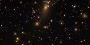Uzay-zamanı 'büken' dev galaksi kümesi, Hubble tarafından görüntüledi