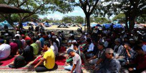 Endonezya'da deprem sonrası ilk Cuma namazı
