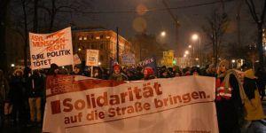 Avusturya'da binlerce kişi hükümeti protesto etti