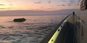 Kuşadası'nda botları su alan 40  göçmen kurtarıldı