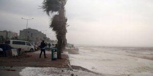 Antalya'da fırtına nedeniyle otobüs devrildi: Yaralılar var
