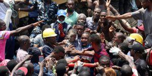Nijerya'da 3 katlı bina çöktü:100'den fazla insan mahsur