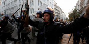Buteflika karşıti gösteride Cezayir polisinden 'ordu ve halk kardeştir' kutlaması
