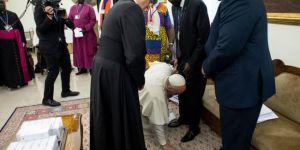 Papa, barış için Güney Sudanlı liderlerin ayağını öptü