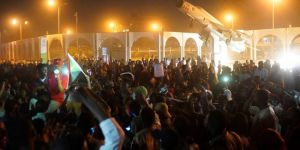 Sudan'da yüz binler, askerlerin kararlarını protesto ediyor