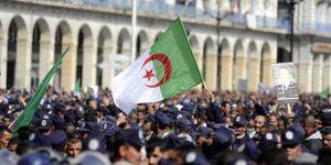 Cezayir halkı sokakta