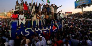 Sudan'da on binler sivil yönetim için meydanlara indi