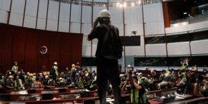 Eylemciler Meclis binasını bastı