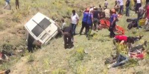 Van'da göçmenleri taşıyan minibüs takla attı:17 kişi hayatını kaybetti