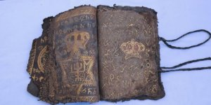 Diyarbakır'da altın işlemeli İncil ile İbranice işlemeli ferman ele geçirildi