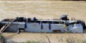 Otobüs nehre yuvarlandı: 25 ölü