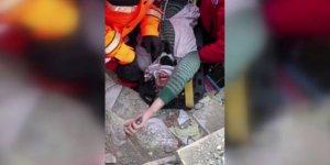 Enkazdan çıkarılan anne:Çocuklarım merdivenin altında-Video