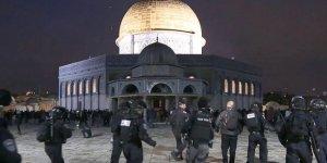 İşgal güçleri Mescid-i Aksa'da cemaate saldırdı