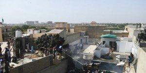 Pakistan'da 107 kişi taşıyan uçak düştü