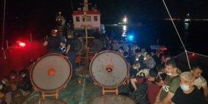 İzmir'de bir gemide 276 düzensiz göçmen yakalandı