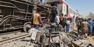 İki tren çarpıştı: 32 ölü, 66 yaralı