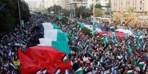 Pakistan'da on binlerce kişi Filistin için bir araya geldi
