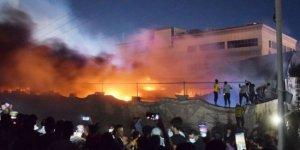 Irak: Aileler yangında hayatını kaybeden yakınlarının cesetlerini arıyor
