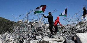 Filistinli aile, İsrail'in zoruyla evlerini yıkmak zorunda kaldı