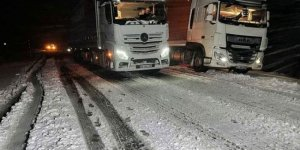 Ardahan'da kar yağışı: Araçlar yolda kaldı